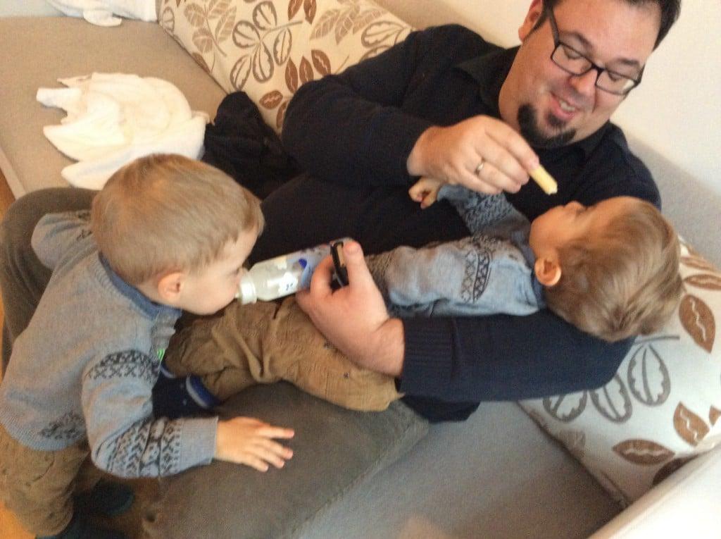 Zwillingsväter sind vermutlich die einzigen Männer, die Multitasking können....