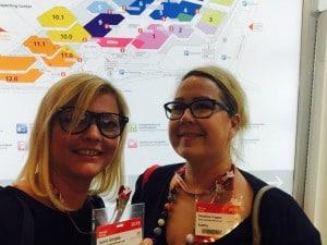 Mit Zwillingsmama Katrin vor dem Übersichtsplan der Spielwarenmesse in Nürnberg.