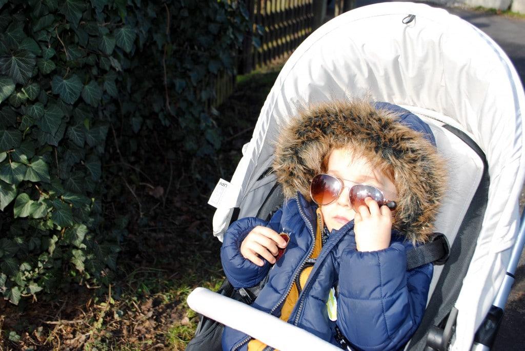 Bei dem Sonnenschein hilftt nur die Kinder-Ray-Ban – die bleibt natürlich nicht lange auf der Nase. Gut, dass der ZOOM einen eingebauten Sonnenschutz hat, den man ganz einfach aus dem Dach ziehen kann.