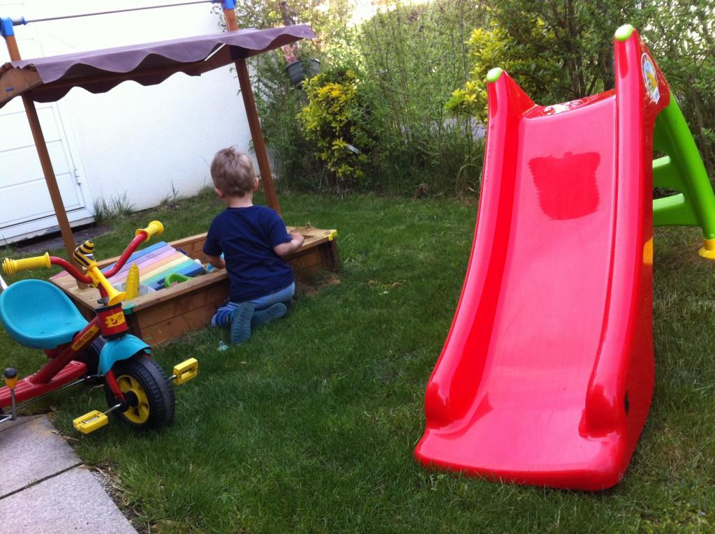 Wir haben einen Mini-Garten. Daher war es uns wichtig, dass so wenig wie möglich herumsteht, die Kinder aber trotzdem maximalen Spaß haben.