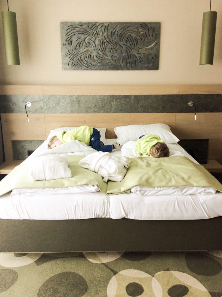Die Kinder erobern gleich mal unser Bett - sie haben aber ihr eigenes Zimmer in der Familien-Suite.