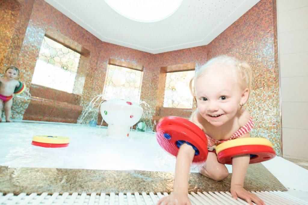 Drei verschiedene Kinder-Indoorbecken und zwei beheizte Außenbecken bieten Spaß für jede Altersstufe.