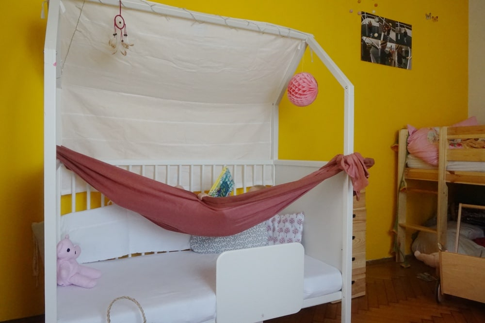 Die ganz kleine Botin schläft in ihrem Hausbett.