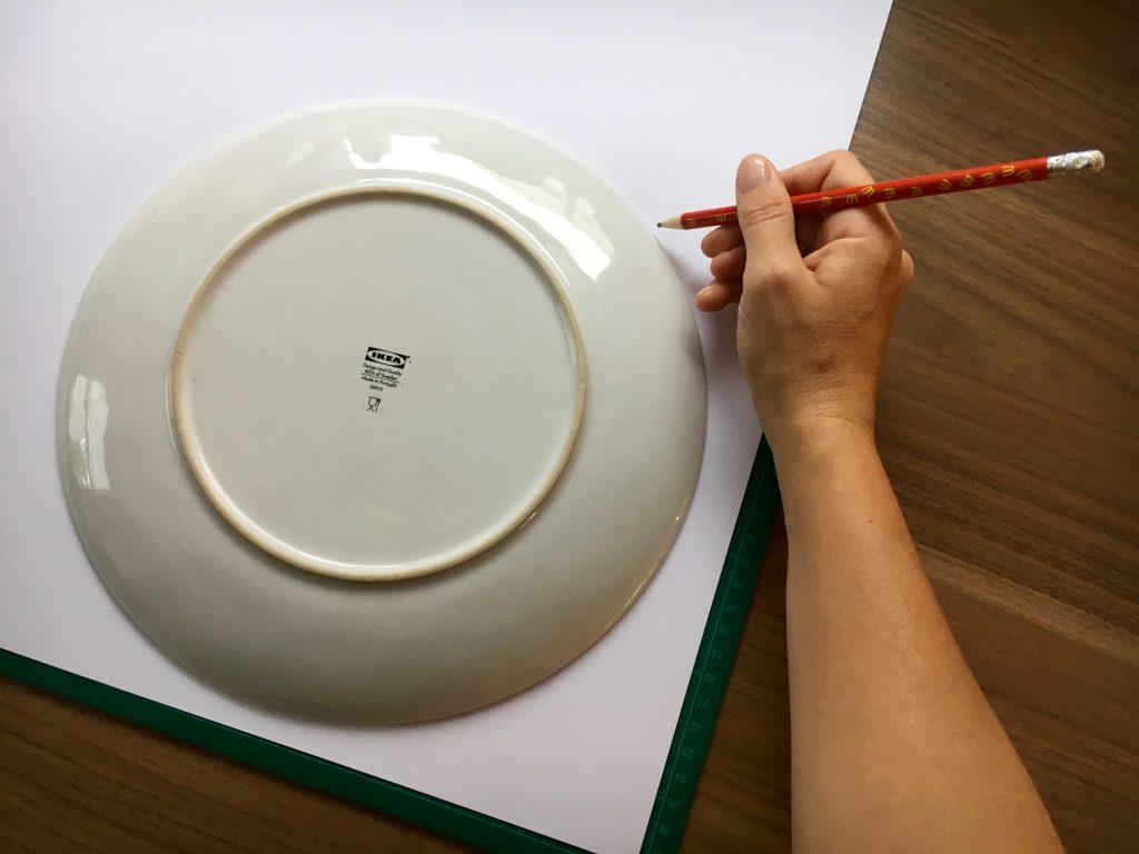 Mit Hilfe eines Tellers könnt ihr leicht einen schönen runden Kreis zeichnen