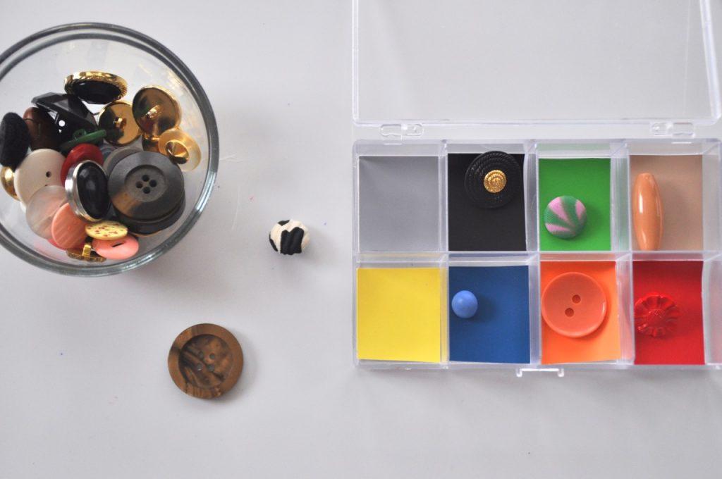 Spielen mit Knöpfen - Farben zuordnen - Montessori