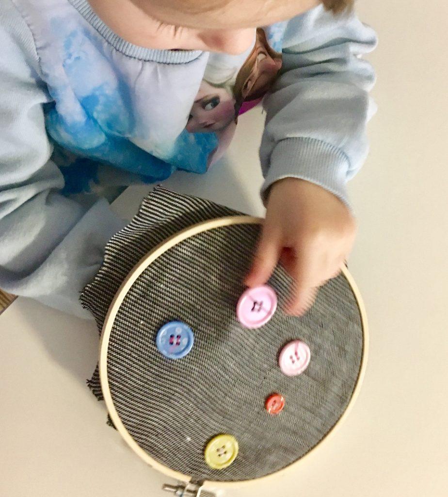 Spielen mit Knöpfe - Annähen - Montessori