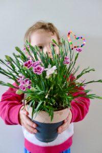 DIY zum Muttertag: bunten Herz für den Blumenstock