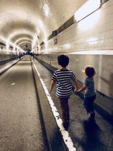 Hamburg mit Kindern: Unter der Elbe durch den Elbtunnel